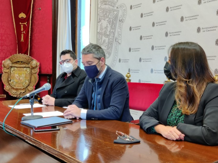 El concejal de Turismo Manuel Olivares, junto con la Concejala de Cultura, Lucia Garrido y Javier Lozano, responsable de la creación de la plataforma, durante la rueda de prensa el pasado 14 de enero